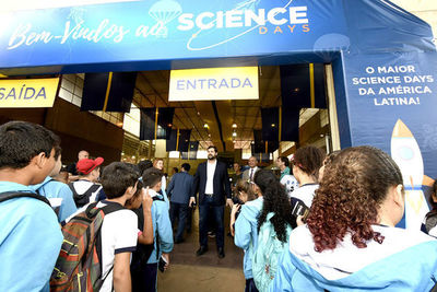 Alunos lotam o Parque da Uva no primeiro dia do Science Days 2019